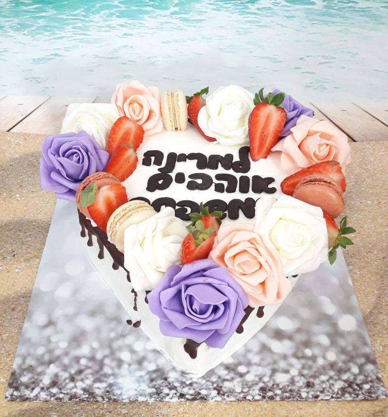 עוגת לב ופרחים מעוצבת