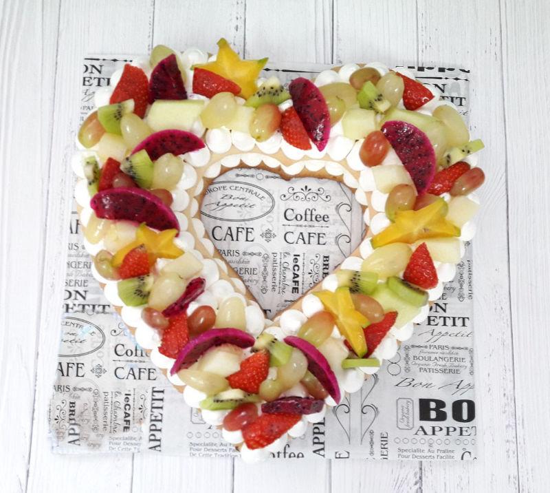 עוגת לב מבצק פריך עם פירות ליום האהבה
