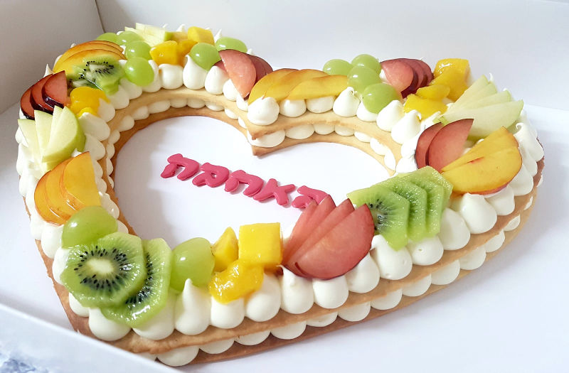 עוגת לב פריך ופירות טריים