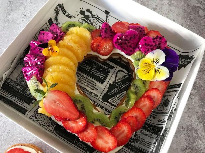 עוגת לב פריך עם קרם ופירות