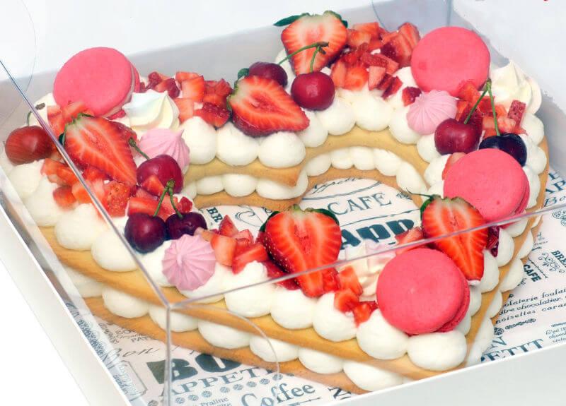 עוגת לב קרם ופירות טריים לאוהבים