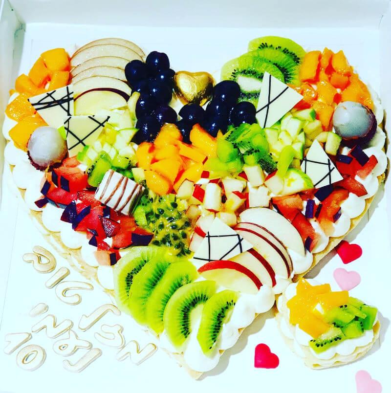 עוגת לב שכבות קרם ופירות
