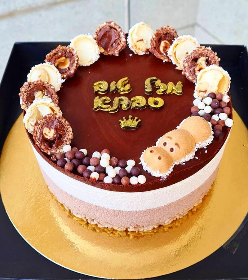 עוגת מוסים טריקולד עם שוקולדים מעל