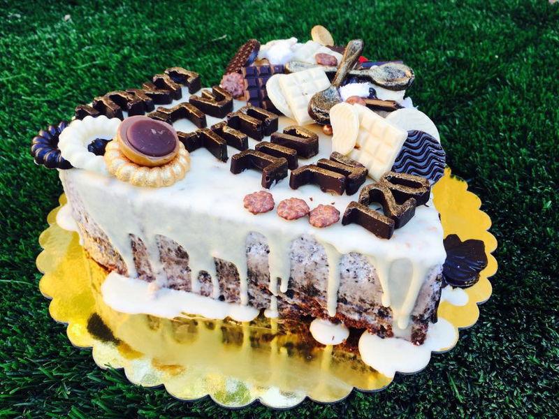 עוגת מוסים וממתקים בצורת לב