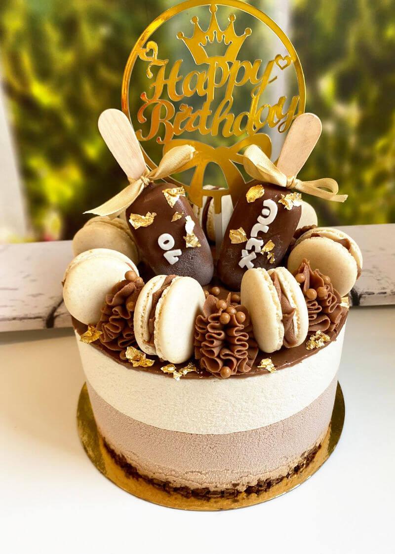 עוגת מוסים מעוצבת בטעמי שוקולד עם ארטיקים ומקרונים
