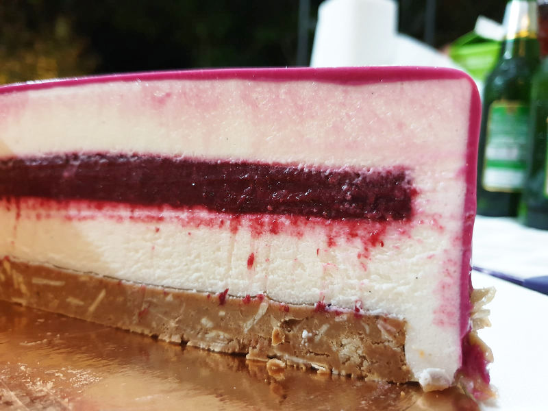 עוגת ראווה מוס גבינה ופטל חתך