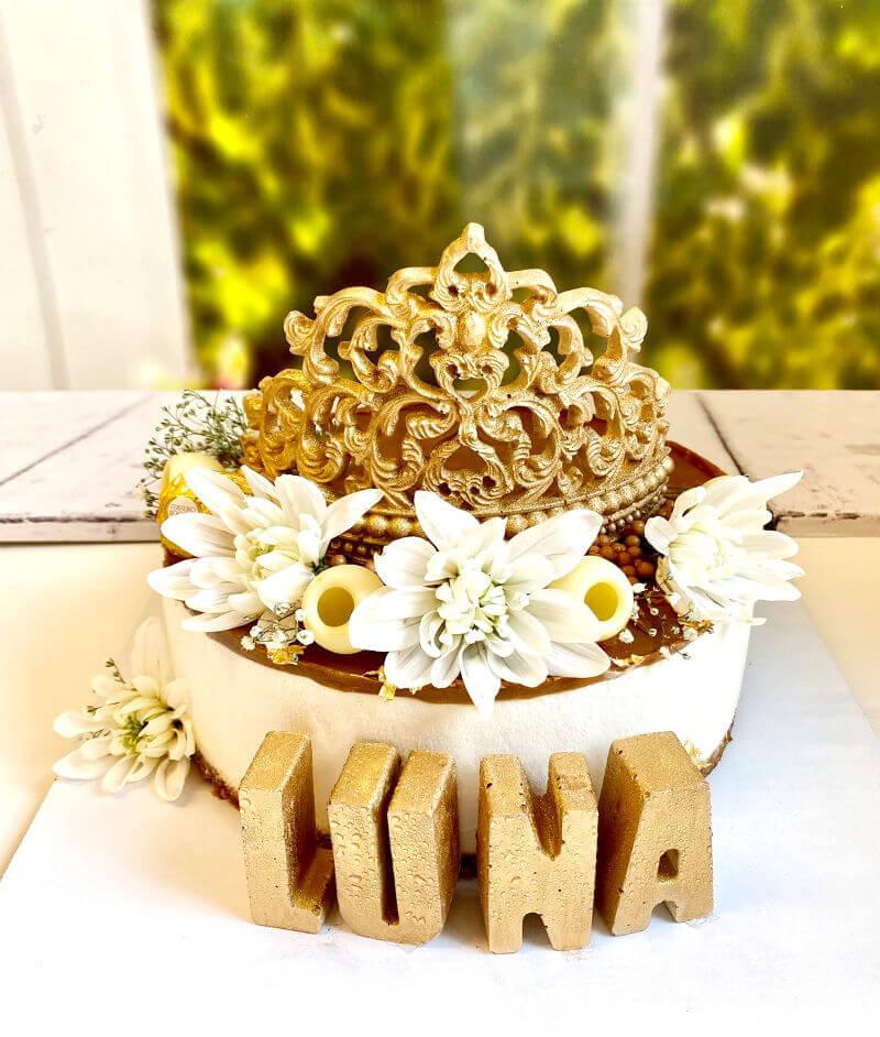 עוגת מוס גבינה ולוטוס מעוצבת עם כתר ליום הולדת