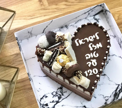 עוגת מוס לב עם ממתקים ליום הולדת