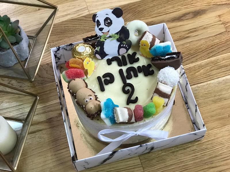 עוגת מוס קינדר מעוצבת עם חיות וממתקים