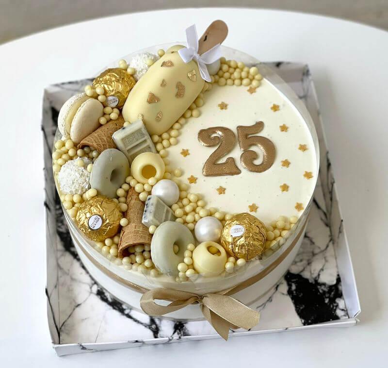 עוגת מוס שוקולד לבן וממתקים ליום הולדת