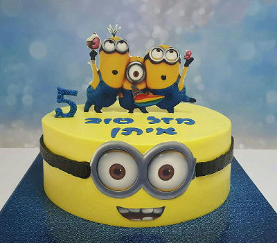 מיניונים עוגת יום הולדת לבן