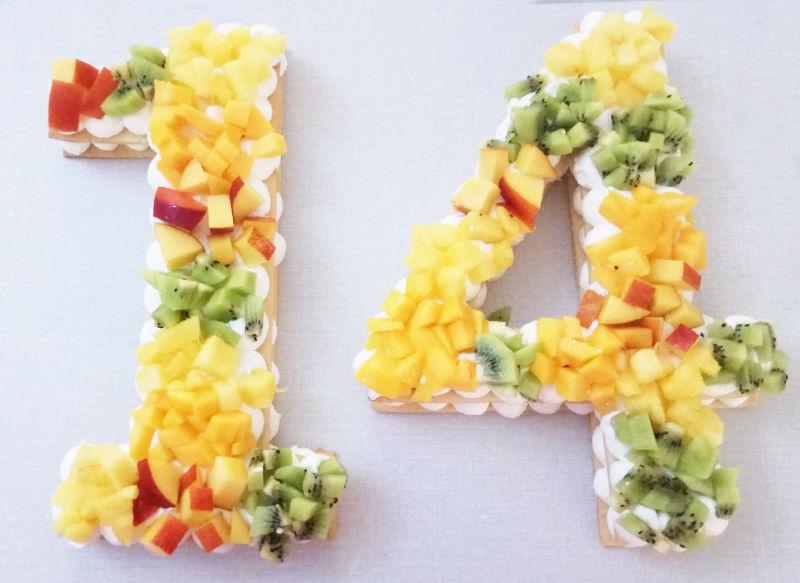 עוגת מספרים ופירות טריים