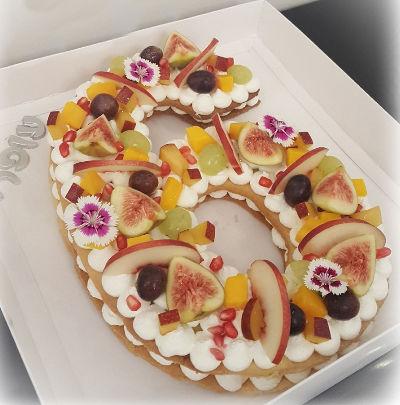 עוגת יום הולדת בצורת מספר עם פירות