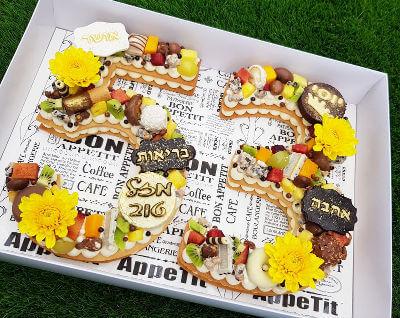 עוגה בצורת מספרים עם פירות