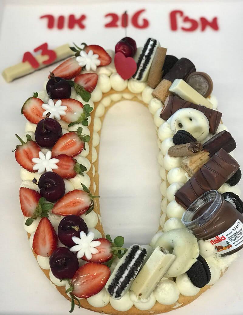 עוגת אותיות שוקולד ופירות לבר מצווה