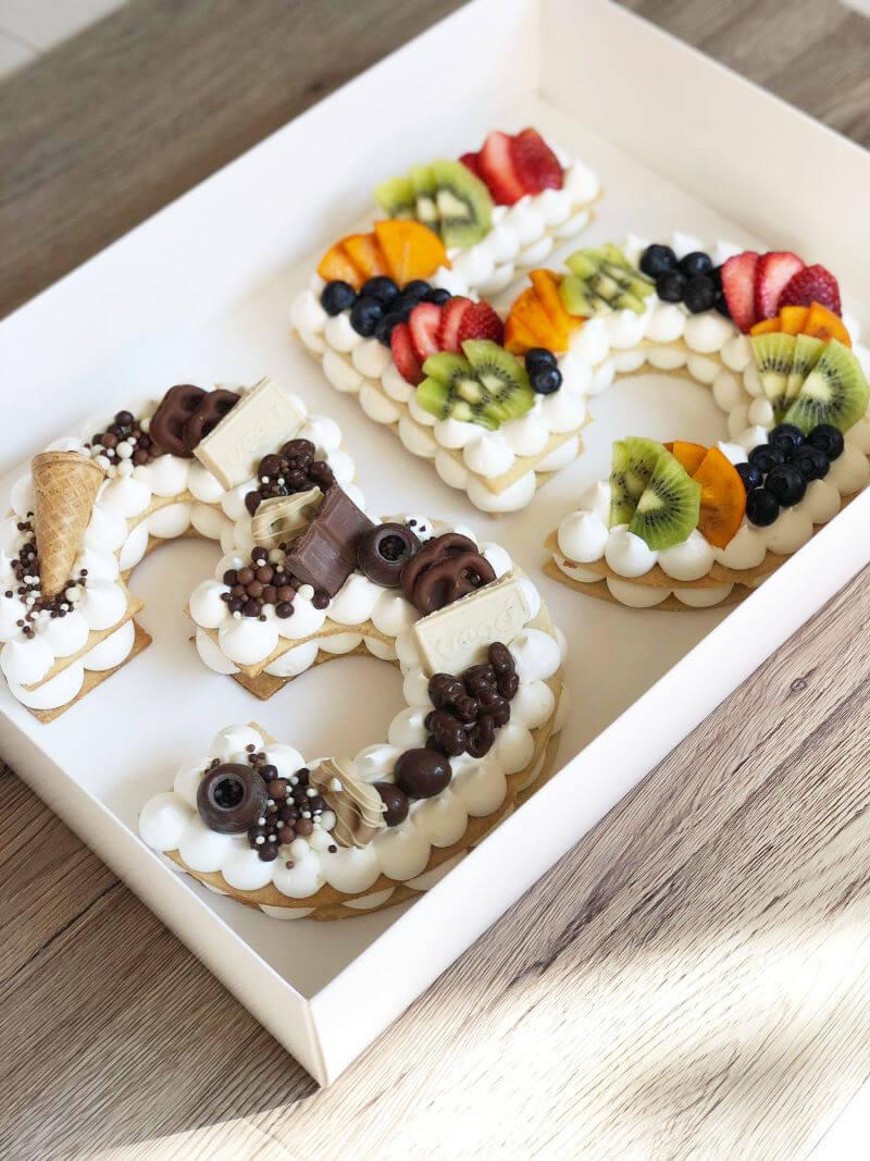 עוגת מספרים טבעונית עם שוקולדים ופירות