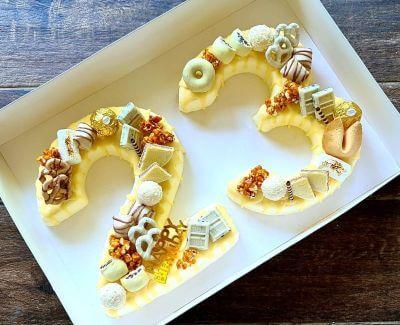 עוגת מספרים מוס לימון וקרם קוקוס