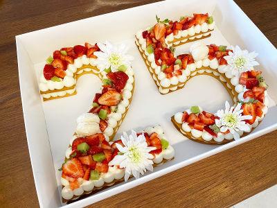 עוגת מספרים עם פירות מקרונים ונשיקות