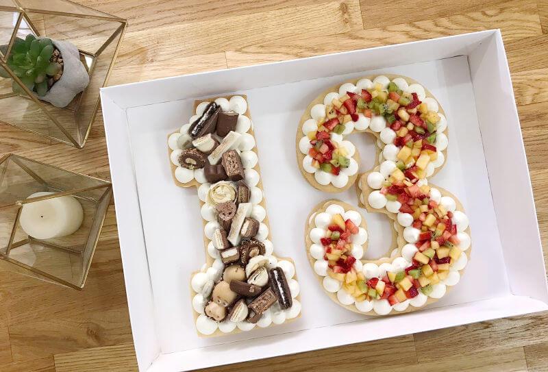 עוגת מספרים עם פירות ושוקולדים