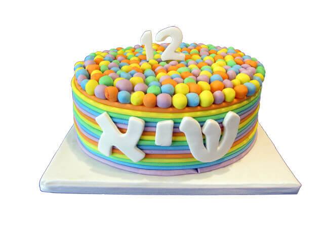 עוגת סוכריות צבעוניות מבצק סוכר בצבעי הקשת