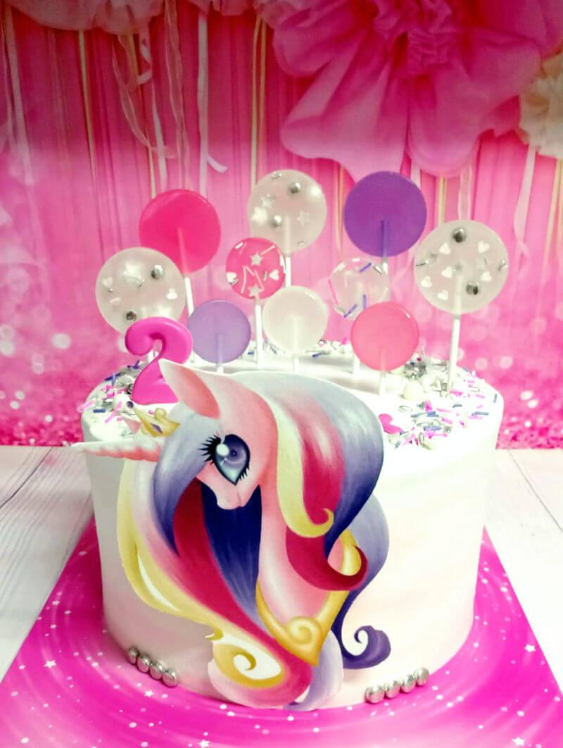 עוגה מעוצבת עם פוני וסוכריות