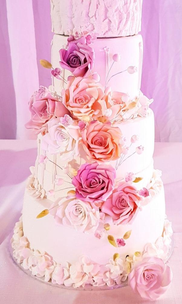 עוגת קומות ופרחים מפוארת לחתונה
