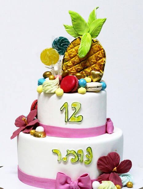 עוגת קומות לבת מצווה מעוצבת עם אננס וסוכריות