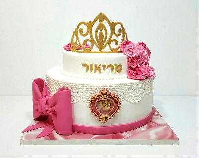 עוגת קומות לבת מצווה עם פרחים וכתר