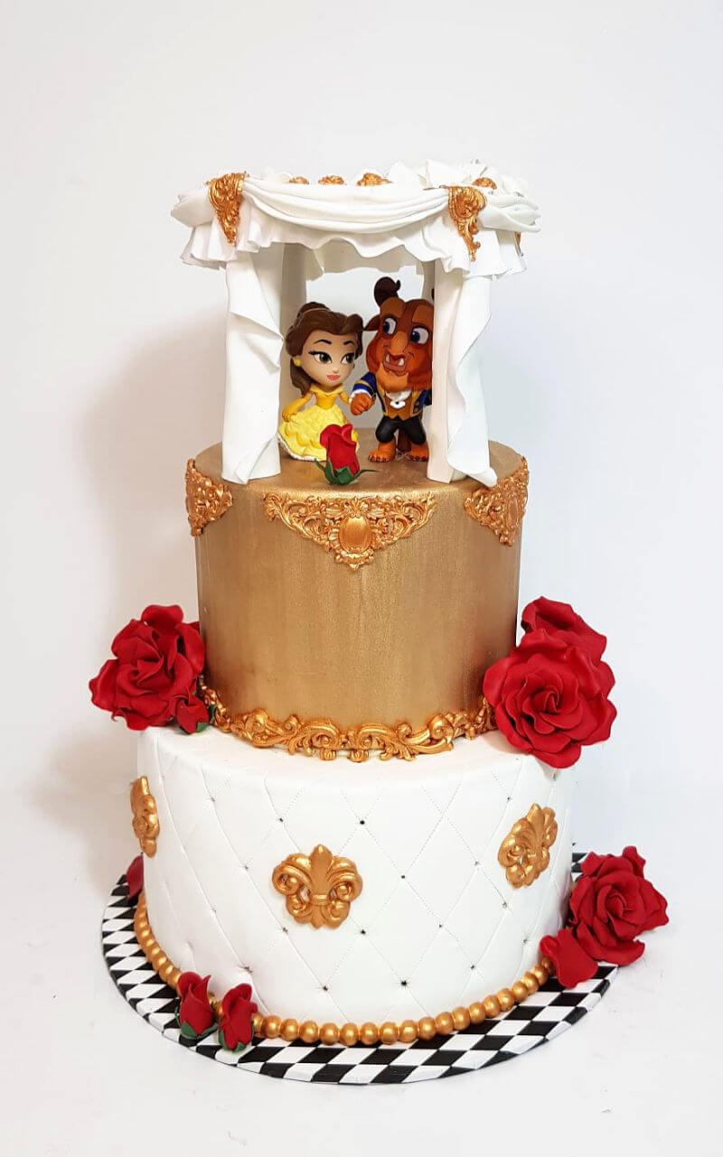עוגת קומות מבצק סוכר של היפה והחיה