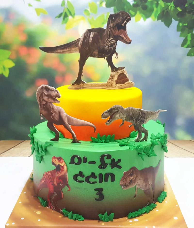 עוגת קומות מעוצבת דינוזאורים