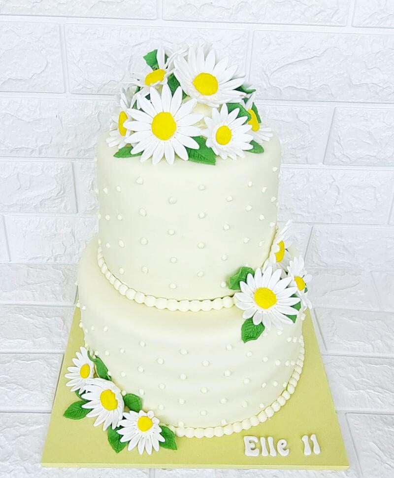 עוגת קומות עם פרחים