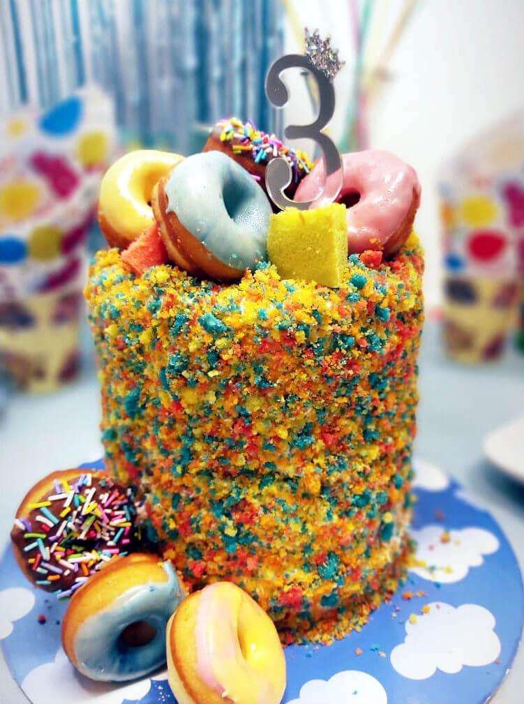 עוגת קונפטי בצבעי הקשת עם דונאטס
