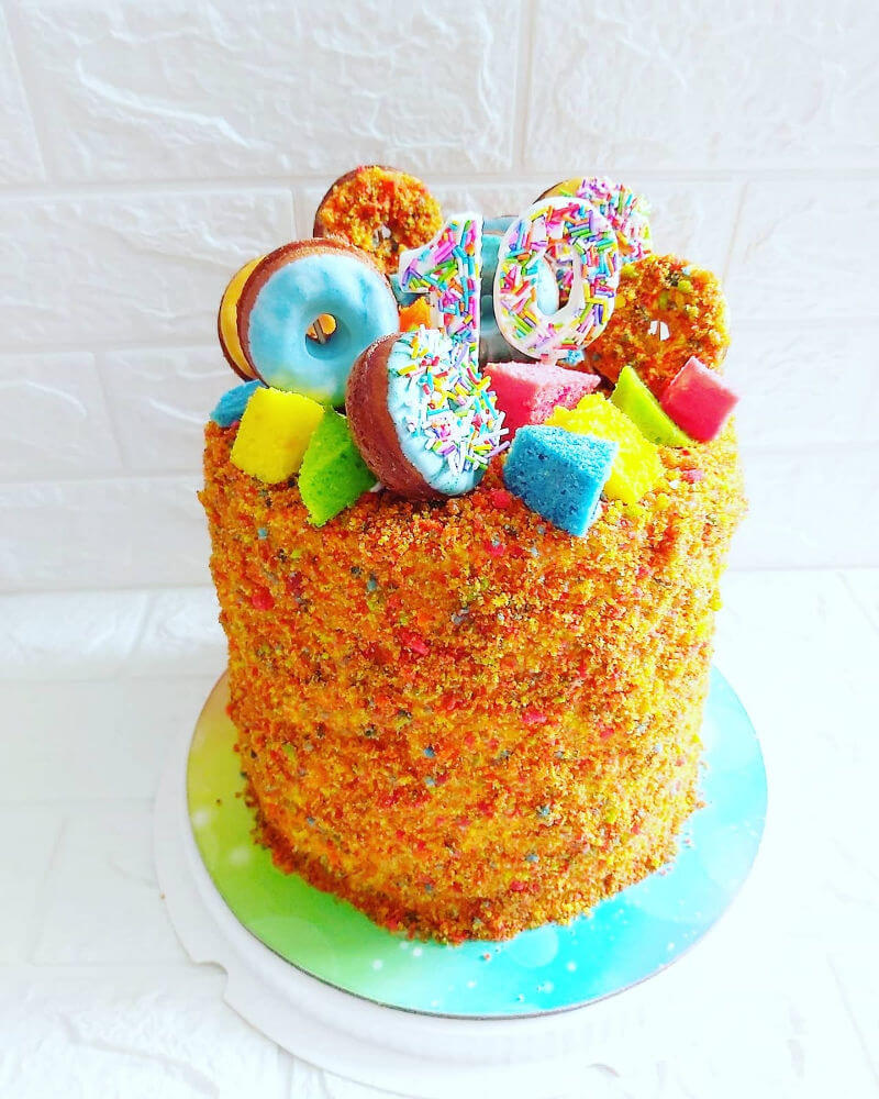 עוגת קשת עם שכבות צבעוניות ודונאטס