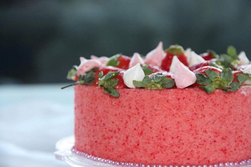 עוגת לפסח עם תותים ונשיקות