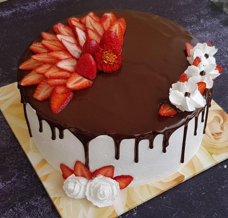 עוגת שוקולד וניל ותותים