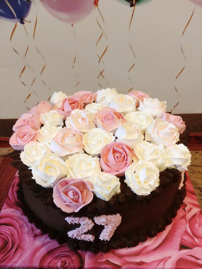 עוגת שוקולד ופרחים ליום נישואים