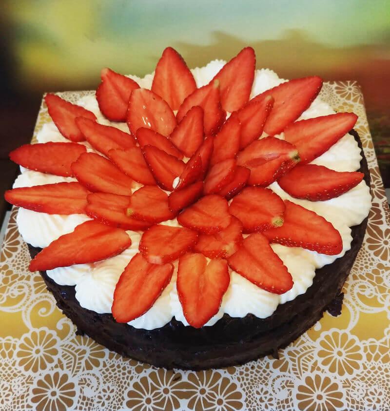 עוגת שוקולד ותותים ליום הולדת