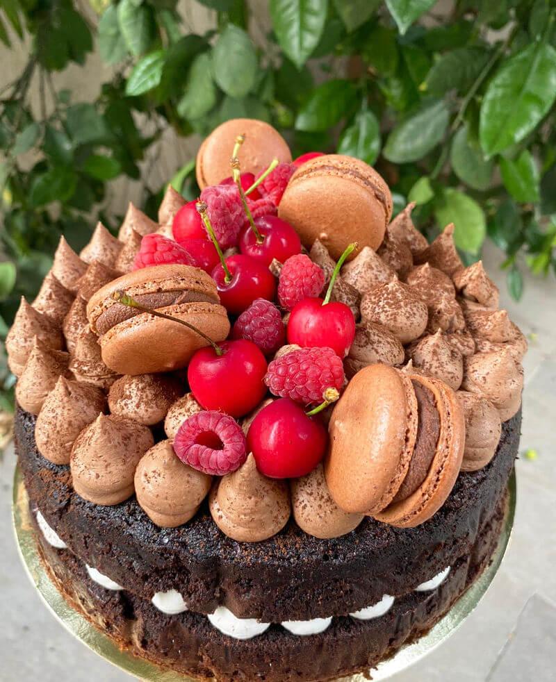 עוגת שוקולד פרווה מעוצבת עם מקרונים