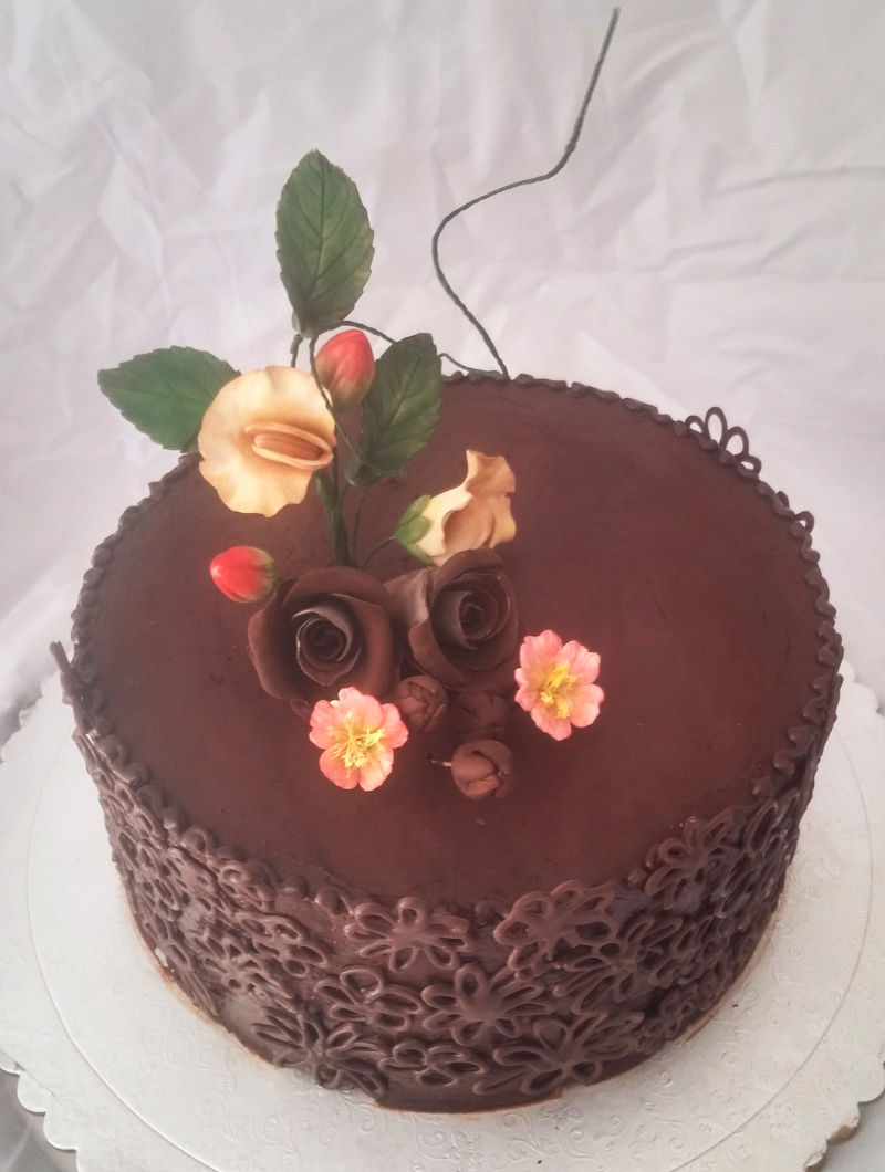 עוגת שוקולד ופרחי שוקולד וסוכר