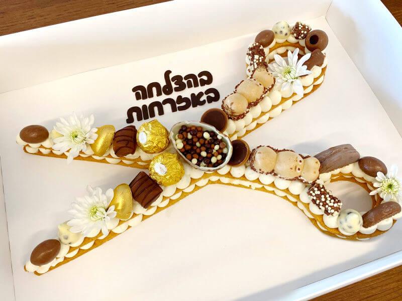 עוגת שחרור בצורת מספריים עם בצק פריך ושוקולדים