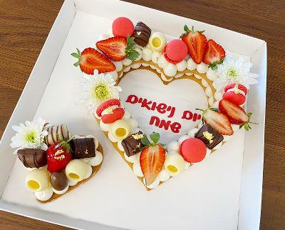 עוגת שכבות בצק פריך קרם ופירות בצורת לב