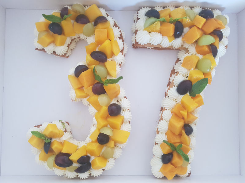 עוגת שכבות בצק פריך קרם פטיסייר ופירות טריים ליום הולדת