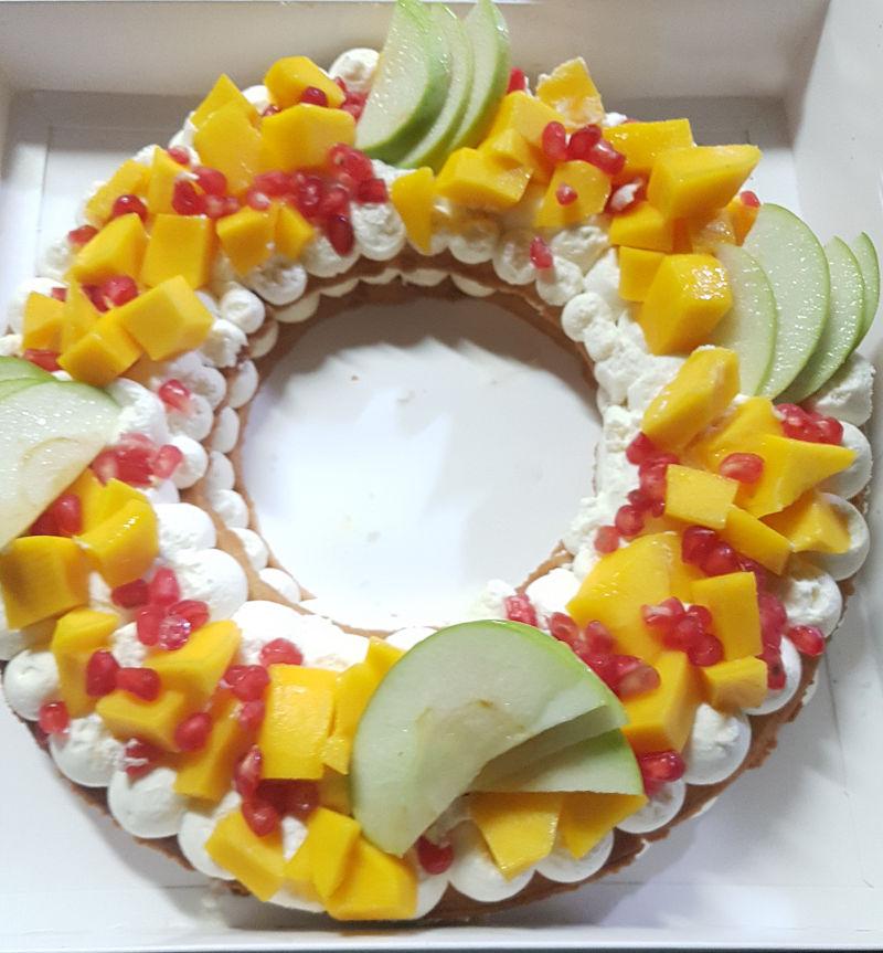 עוגת שכבות עגולה מבצק פריך פטיסייר ופירות טריים