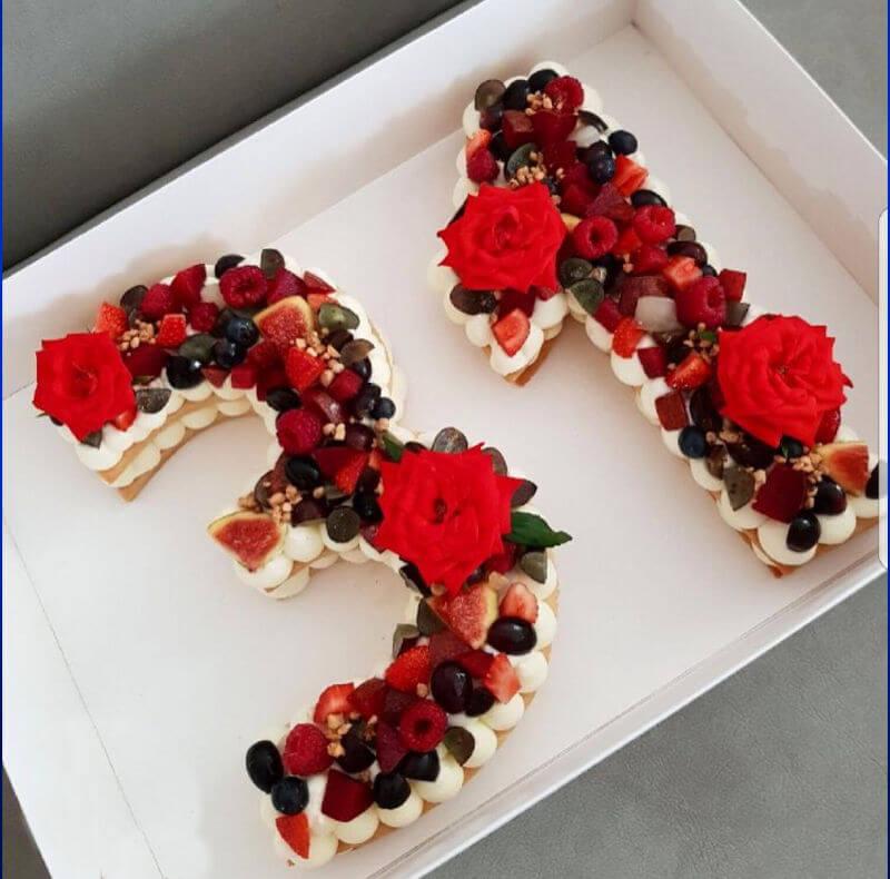 עוגת שכבות בצק פריך קרם ופירות אדומים בצורת מספר