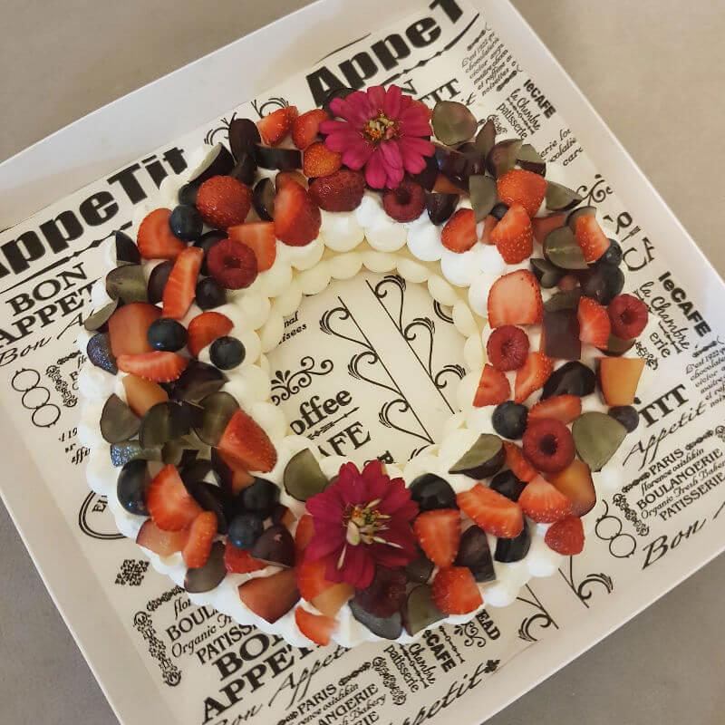 עוגת שכבות בצק פריך קרם ופירות אדומים