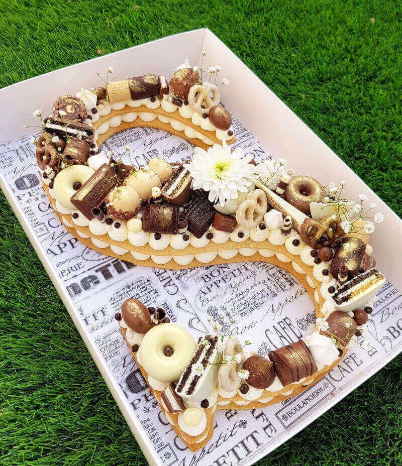 S עוגת אותיות עם קרם ושוקולדים בצורת האות