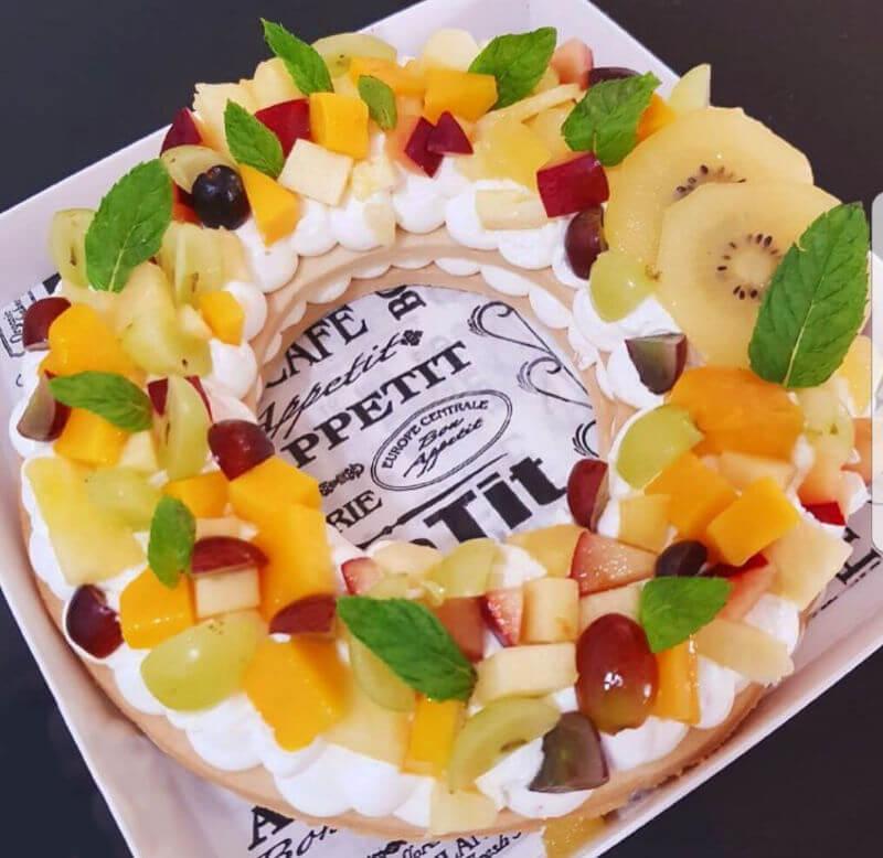עוגת שכבות בצק פריך קרם ופירות טריים
