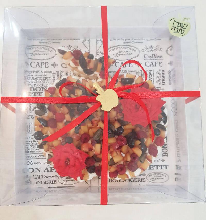 עוגת שכבות בצק פריך קרם ופירות בצורת רימון לחג