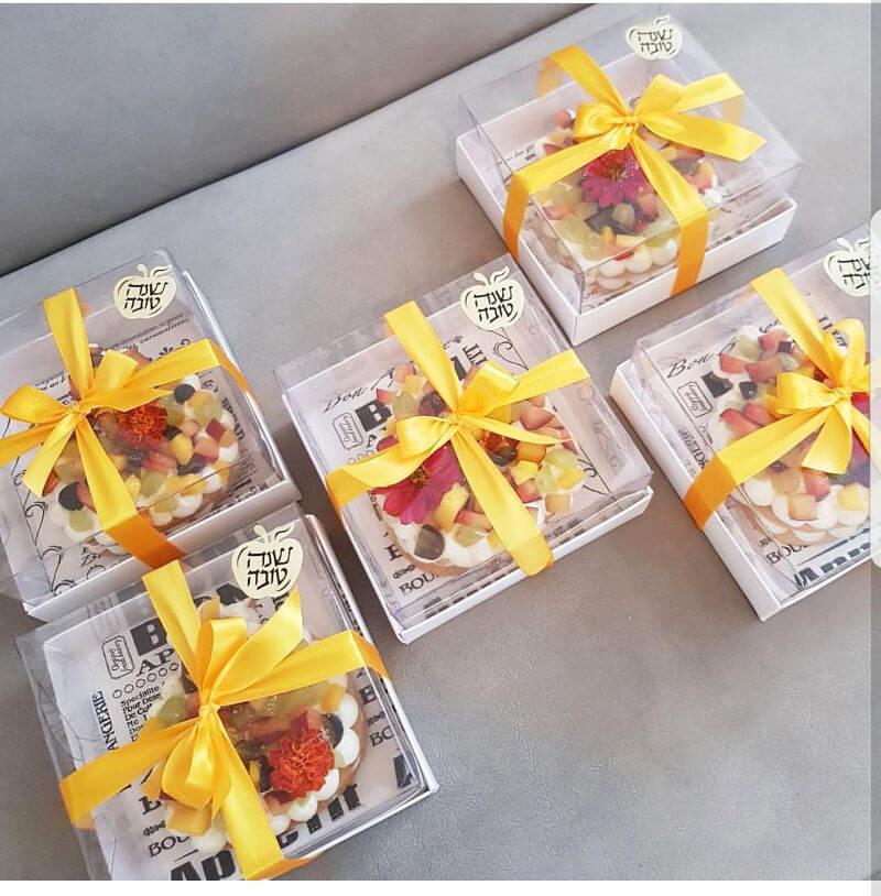 עוגת שכבות קרם ופירות בצורת רימון לראש השנה