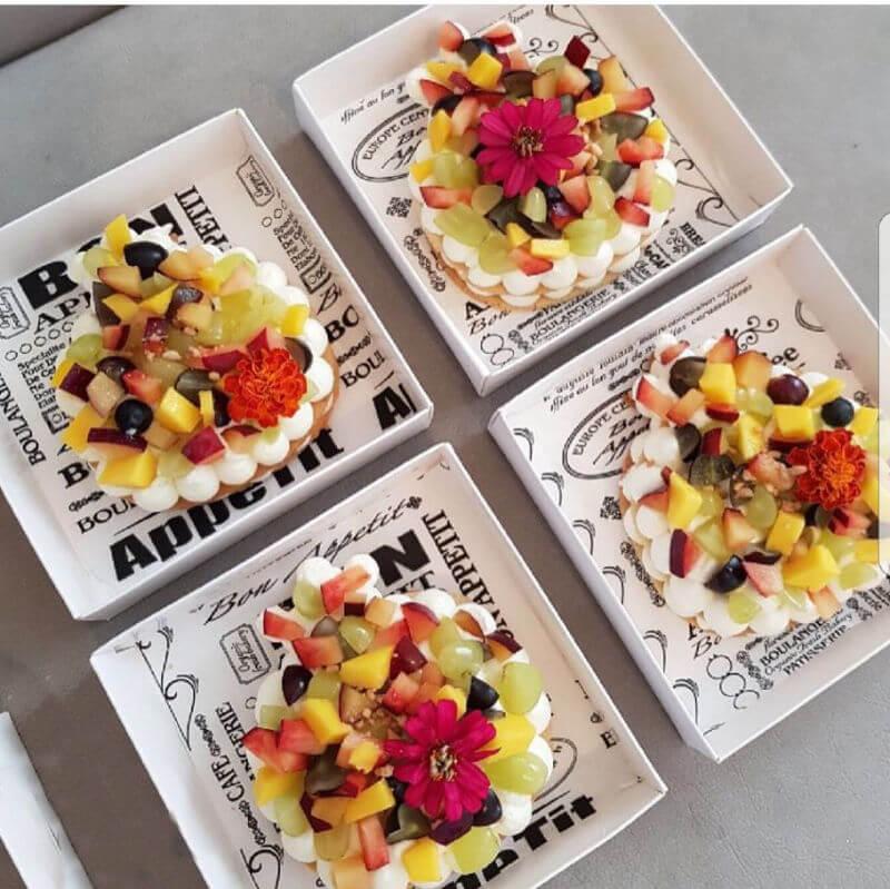 עוגת שכבות בצק פריך קרם ופירות בצורת רימון לראש השנה